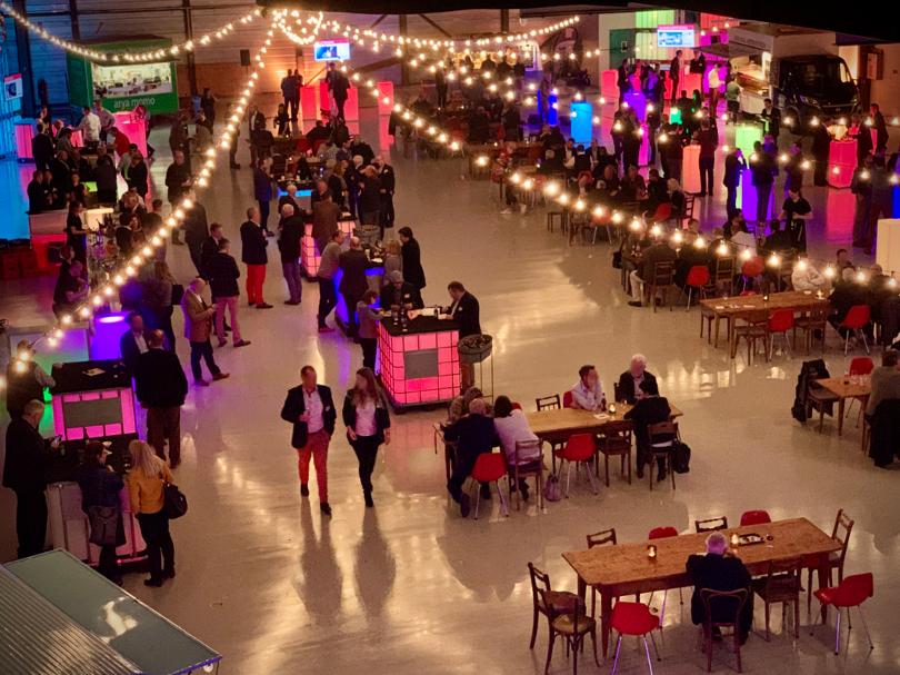 Foodtrucks in einer Halle mit speziellem Lichtkonzept